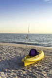 Fischereipfosten und -Kanu auf dem Strand lizenzfreie stockbilder