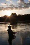 Fischerfänge von Lachsen bei Sonnenuntergang Stockbild