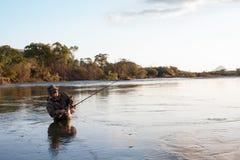 Fischerfänge von Lachsen im Sonnenuntergang. Lizenzfreie Stockbilder