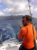 Fischerfischen auf Boot im Ozean auf Seychellen Stockfoto