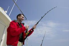 Fischerfischen auf Boots-Spielthunfisch Stockbild