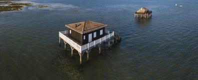 Fischerhäuser in Bassin Arcachon, Cabanes Tchanquees, Vogelperspektive, Frankreich lizenzfreies stockbild