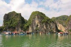 Fischerhäuser in Halong Schacht, Vietnam Stockfotografie