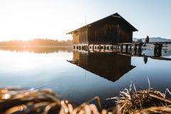 Fischerhütte am See Hopfensee stockfotos
