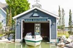 Fischerhaus und Boote in einer Bucht. Lizenzfreie Stockfotografie