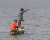 Fischerman dans le bateau Photo stock