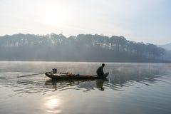Fischermannreihe das Boot auf dem See das Werkzeug des Fischermannes, sie unter Verwendung dieses für ihren Job, im nebeligen Stockfotografie