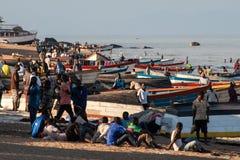 Fischermen kopplar av på stranden av sjön Malawi Arkivbilder