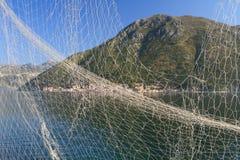 Fischernetz auf dem Hintergrund der Bucht von Kotor, Montenegro Stockbilder