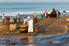 Fischernetz mit Fischern auf Rückseite Odayam-Strand, Varkala, Indien lizenzfreie stockfotos