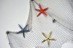 Fischernetz mit Starfish, Seeseedekoration über weißem Hintergrund mit Kopienraum stockfoto