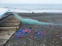 Fischernetze auf dem Strand stockfotos