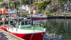 Fischernetze, bunte Bojen auf dem Kai des norwegischen Jachthafens stockbild