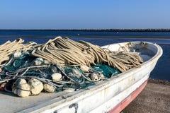 Fischernetze durch Boot bevor dem Erlöschen zum Meer stockfoto