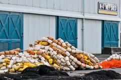 Fischernetze mit Hin- und Herbewegungen und Speicherhalle lizenzfreie stockfotografie