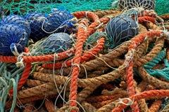 Fischernetze und Bojentrocknen Stockbild