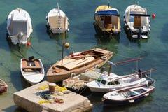 Fischernetze und Boote am Anker Stockbilder