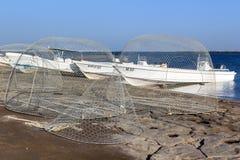 Fischernetze und Fischerboote im Hafen stockfotografie