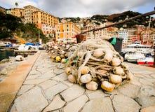 Fischernetze vor berühmtem Stadt- und Hafen camogli in Genua Italien Stockfotos