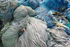 Fischernetzmusterverwirrung gestapelt am Kanal Lizenzfreie Stockfotos
