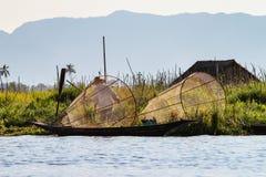 Fischerruderboot durch Bein auf Inle See, Myanmar stockfoto