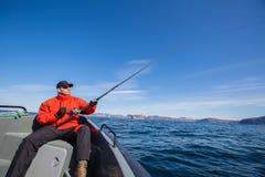 Fischersportlersonnenbrille, die im Meer fischt Stockbilder