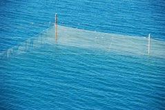 Fischfarm in dem Meer Stockfotos