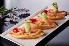 Fischfilet auf Brot lizenzfreies stockfoto