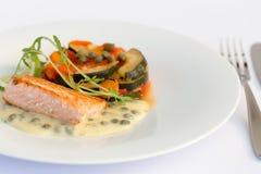 Fischfilet, Soße und Gemüse lizenzfreie stockfotos