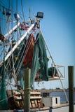 Fischfiletarbeit, die von einem Boot hängt Lizenzfreies Stockfoto