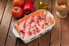 Fischfilets mit dem Kochen von Bestandteilen stockfotos