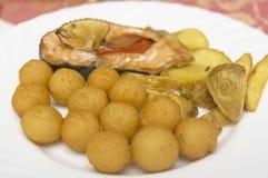 Fischgericht auf einer Platte Lizenzfreie Stockfotos