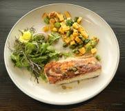 Fischgericht gedient im feinschmeckerischen Restaurant stockfotografie