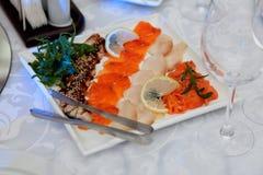 Fischgericht mit Zitrone, neues Grün verlässt im Restaurant Lizenzfreie Stockfotografie