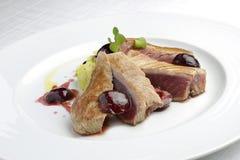 Fischgericht Tuna Fillet mit Kirschen im Hafen und in den Kartoffelpürees Lizenzfreie Stockfotos