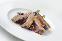 Fischgericht Tuna Fillet mit Kirschen im Hafen und in den Kartoffelpürees Stockbilder
