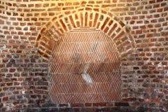 Fischgrätenmuster-Muster in der Wand des roten Backsteins Stockbild