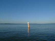 Fischgrund Signage auf Boje auf großem See lizenzfreies stockbild