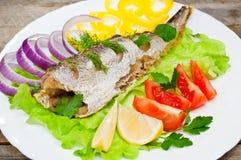Fischhechtdorsche gebacken mit Gemüse Lizenzfreie Stockfotos
