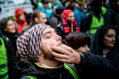 Fischiando alla Marche versa la protesta del marzo di Le Climat sullo stree francese fotografia stock libera da diritti