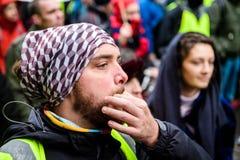 Fischiando alla Marche versa la protesta del marzo di Le Climat sullo stree francese fotografia stock
