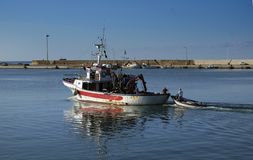 Fisching-Boot, das den Hafen verlässt Lizenzfreie Stockbilder