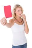 Fischio della giovane donna e cartellino rosso di salto di tenuta fotografia stock
