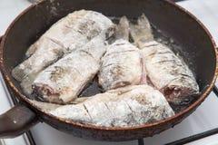 Fischkarpfen wird in einer Bratpfanne gebraten Lizenzfreie Stockfotografie