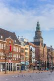 Fischmarktplatz und Martini-Kirchturm in Groningen stockfotografie