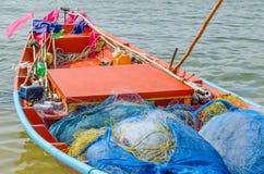 Fischnetz auf kleinem Fischerboot stockfotos