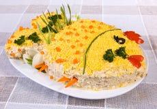 Fischsalat in Form eines Fisches Stockfotografie