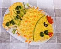 Fischsalat in Form eines Fisches Stockfotos