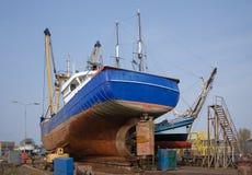 Fischscherblock repariert an der holländischen Werft Stockfotos