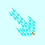 Fischschwarm, der in Form unten vom Pfeil schwimmt Lizenzfreie Stockfotos